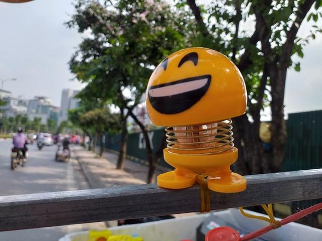 Lò xo mặt cười gây sốt, được bán hàng trăm cái mỗi ngày - Ảnh 2.