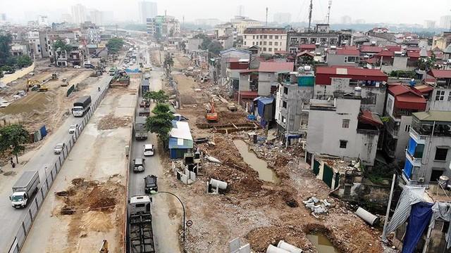 Mặt tiền chênh vênh, người dân chật vật bắc cầu lên nhà trên phố Phạm Văn Đồng - Ảnh 1.