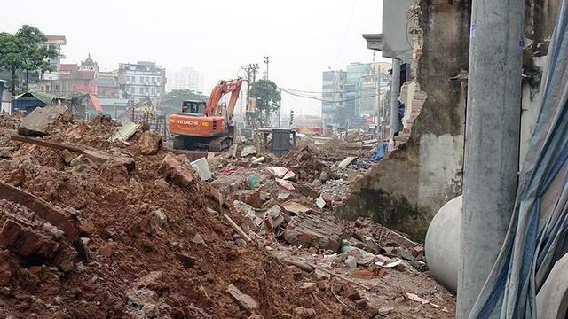 Mặt tiền chênh vênh, người dân chật vật bắc cầu lên nhà trên phố Phạm Văn Đồng - Ảnh 2.