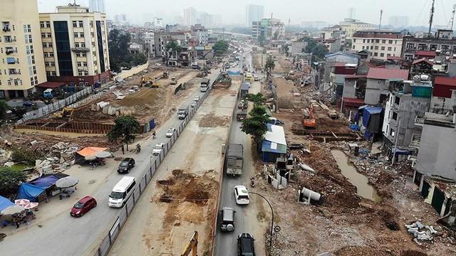 Mặt tiền chênh vênh, người dân chật vật bắc cầu lên nhà trên phố Phạm Văn Đồng - Ảnh 11.