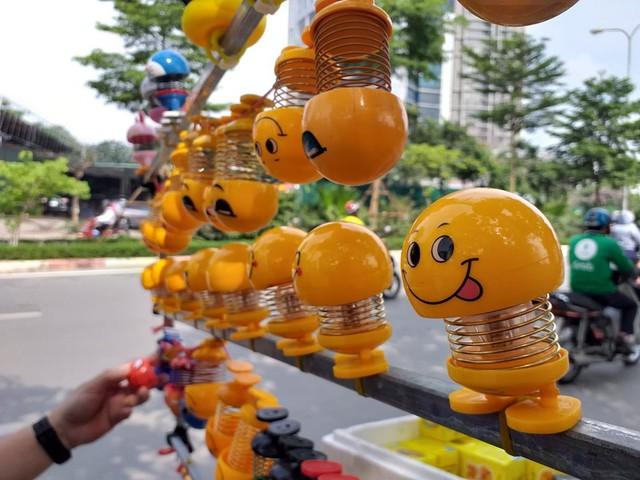 Lò xo mặt cười gây sốt, được bán hàng trăm cái mỗi ngày - Ảnh 3.