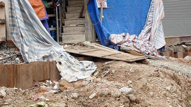 Mặt tiền chênh vênh, người dân chật vật bắc cầu lên nhà trên phố Phạm Văn Đồng - Ảnh 4.