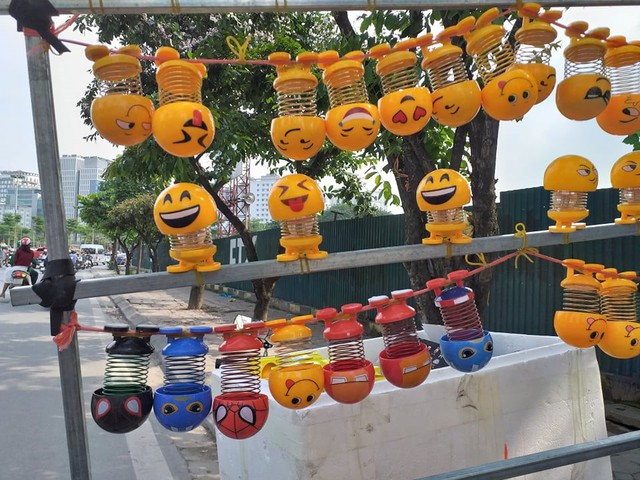 Lò xo mặt cười gây sốt, được bán hàng trăm cái mỗi ngày - Ảnh 6.