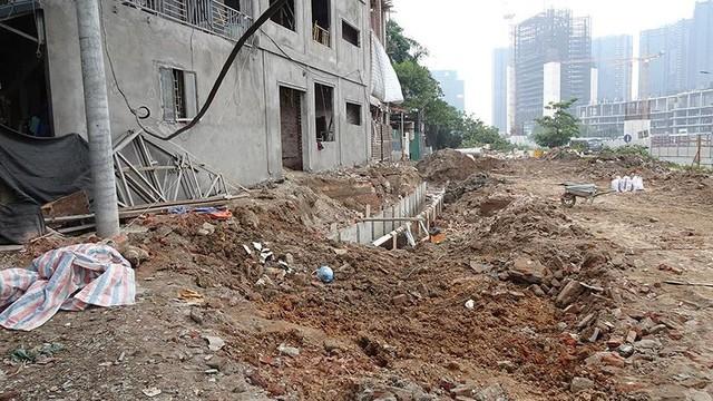 Mặt tiền chênh vênh, người dân chật vật bắc cầu lên nhà trên phố Phạm Văn Đồng - Ảnh 8.