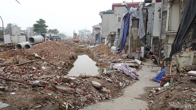 Mặt tiền chênh vênh, người dân chật vật bắc cầu lên nhà trên phố Phạm Văn Đồng - Ảnh 9.