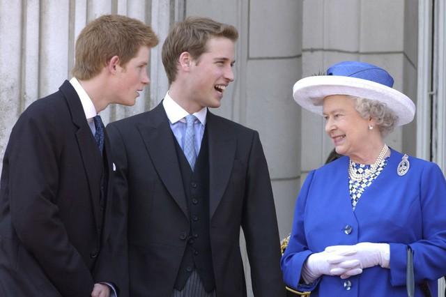 Nữ hoàng Anh buồn vì sự mâu thuẫn của hai cặp đôi hoàng gia nhưng lại lựa chọn cách giải quyết khiến ai cũng bất ngờ - Ảnh 1.
