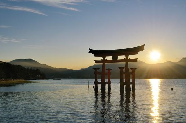 Lý do geisha Nhật Bản luôn bôi son đỏ, quốc kỳ cũng vẽ mặt trời đỏ hay văn hóa cuồng màu rực rỡ của xứ Phù Tang - Ảnh 2.