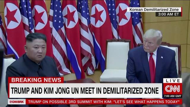 NÓNG: Ông Trump đi 20 bước lên lãnh thổ Triều Tiên, tạo nên LỊCH SỬ mới cho quan hệ Mỹ - Triều - Ảnh 1.