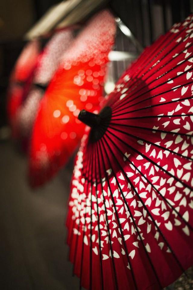 Lý do geisha Nhật Bản luôn bôi son đỏ, quốc kỳ cũng vẽ mặt trời đỏ hay văn hóa cuồng màu rực rỡ của xứ Phù Tang - Ảnh 5.