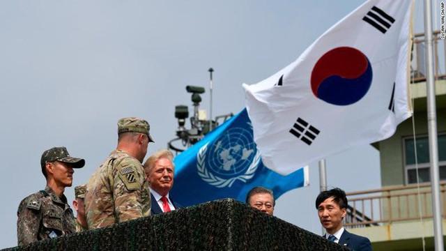 NÓNG: Ông Trump đi 20 bước lên lãnh thổ Triều Tiên, tạo nên LỊCH SỬ mới cho quan hệ Mỹ - Triều - Ảnh 7.