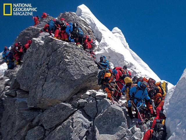 Những bức hình ám ảnh nhất trên đường chinh phục đỉnh Everest: Từ các cột mốc thi thể đến sự thật kinh hoàng hiện ra khi tuyết tan - Ảnh 12.