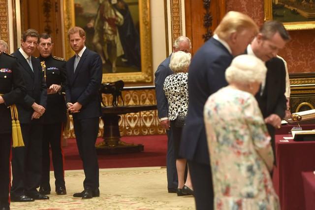 Ivanka Trump xinh đẹp tựa nữ thần, xuất hiện bất ngờ bên cạnh Hoàng tử Harry và thái độ của cả hai mới là điều đáng chú ý - Ảnh 5.