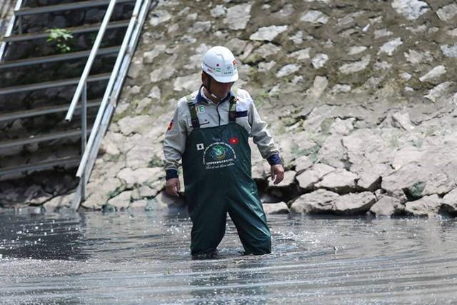 Chuyên gia Nhật Bản lội sông Tô Lịch khảo sát sau 20 ngày thí điểm làm sạch - Ảnh 2.