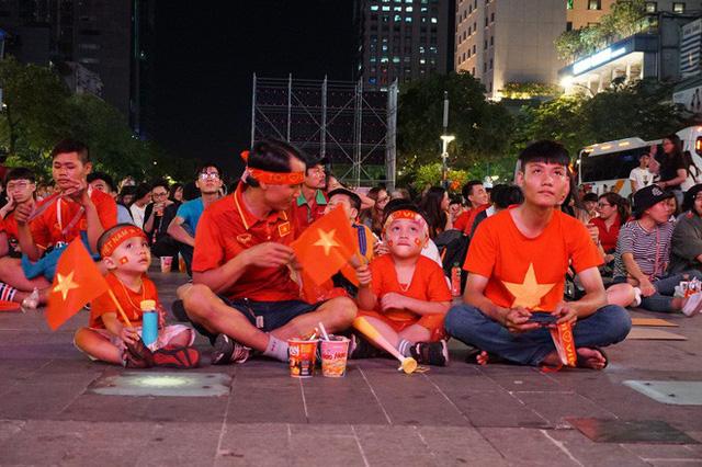 Người Sài Gòn hào hứng ra đường cổ vũ đội tuyển Việt Nam - Ảnh 2.