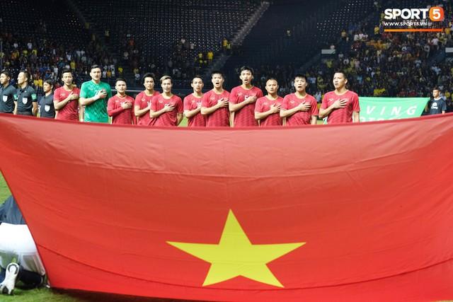 Xúc động hình ảnh tuyển Việt Nam giơ áo tri ân Đình Trọng trước đại chiến với Thái Lan - Ảnh 2.
