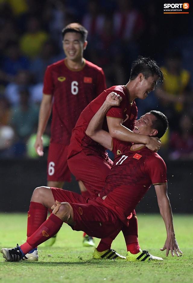 Mải ăn mừng ghi bàn vào lưới Thái Lan, tiền đạo Anh Đức gục ngã trên sân nhưng vẫn nở nụ cười mãn nguyện - Ảnh 1.