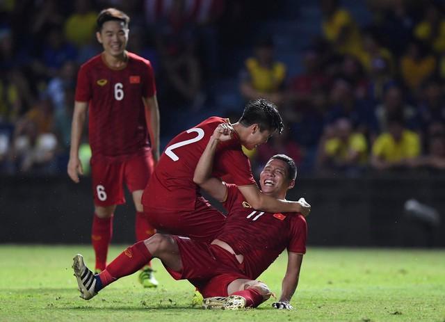 Mải ăn mừng ghi bàn vào lưới Thái Lan, tiền đạo Anh Đức gục ngã trên sân nhưng vẫn nở nụ cười mãn nguyện - Ảnh 2.