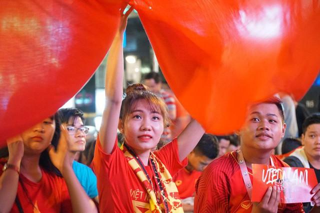 Người Sài Gòn hào hứng ra đường cổ vũ đội tuyển Việt Nam - Ảnh 11.