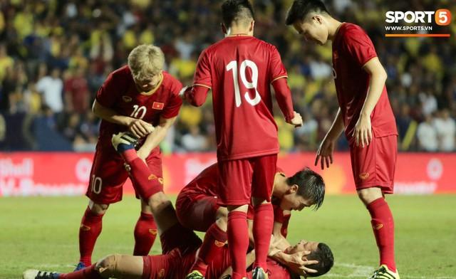 Mải ăn mừng ghi bàn vào lưới Thái Lan, tiền đạo Anh Đức gục ngã trên sân nhưng vẫn nở nụ cười mãn nguyện - Ảnh 3.