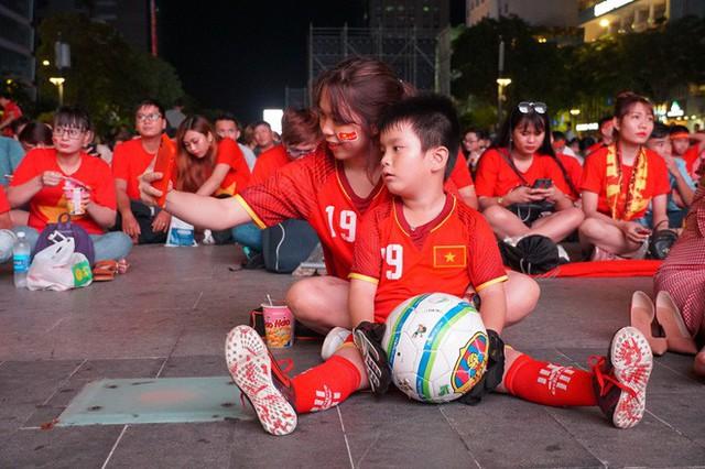 Người Sài Gòn hào hứng ra đường cổ vũ đội tuyển Việt Nam - Ảnh 7.