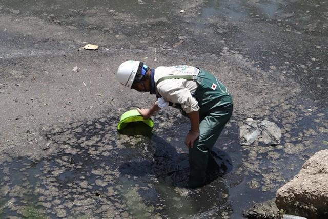 Chuyên gia Nhật Bản lội sông Tô Lịch khảo sát sau 20 ngày thí điểm làm sạch - Ảnh 8.