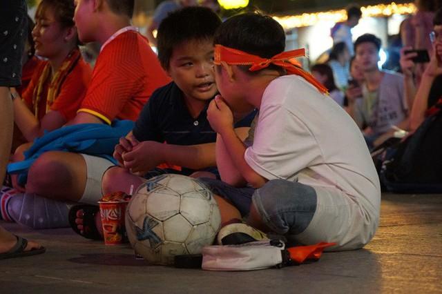 Người Sài Gòn hào hứng ra đường cổ vũ đội tuyển Việt Nam - Ảnh 8.
