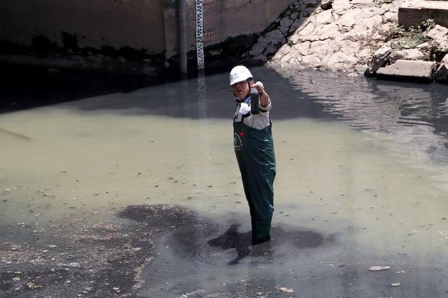 Chuyên gia Nhật Bản lội sông Tô Lịch khảo sát sau 20 ngày thí điểm làm sạch - Ảnh 10.