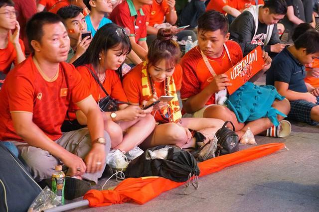 Người Sài Gòn hào hứng ra đường cổ vũ đội tuyển Việt Nam - Ảnh 10.