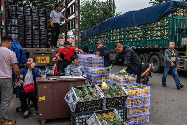 Hết kinh tế giảm tốc lại đến chiến tranh thương mại, Trung Quốc giờ còn phải đối phó với lạm phát: Thủ tướng Lý Khắc Cường cũng phải ngạc nhiên vì giá táo tăng quá cao - Ảnh 1.