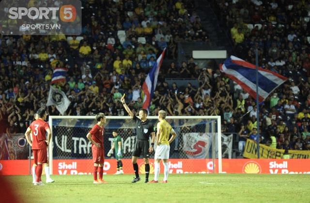 Văn Toàn lý giải về chiếc thẻ vàng khó hiểu, Công Phượng báo bình an sau trận gặp Thái Lan - Ảnh 2.
