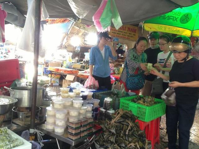 Lá xông, bánh ú nước tro đắt hàng trước tết Đoan Ngọ - Ảnh 12.