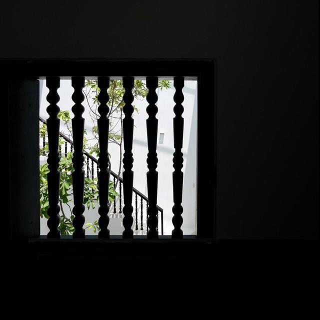 Cầu thang và song cửa đều được làm từ gỗ, chạm khắc kiểu cổ kính.