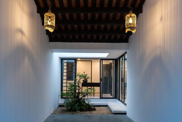 Hành lang tầng 1 làm liên tưởng đến hiên nhà trong kiến trúc cổ, mái ngói cao, tạo cảm giác thông thoáng.