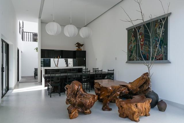 Phòng khách và phòng bếp được đặt cạnh nhau. Nhiều nội thất mang màu sắc truyền thống.