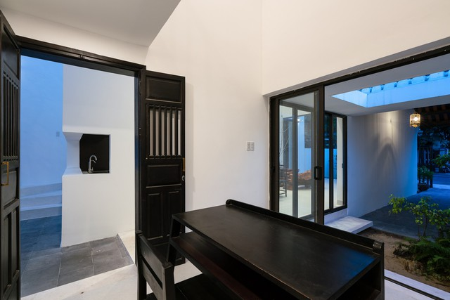 Sau hành lang ở tầng 1 là gian phòng làm việc.