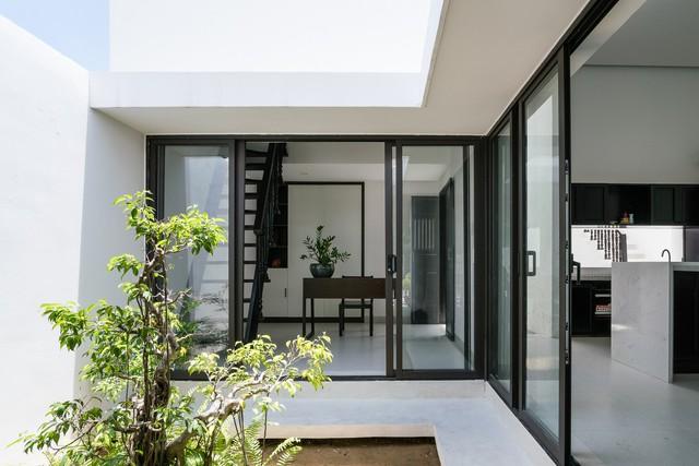Giếng trời giúp ngôi nhà ngập tràn ánh sáng tự nhiên.