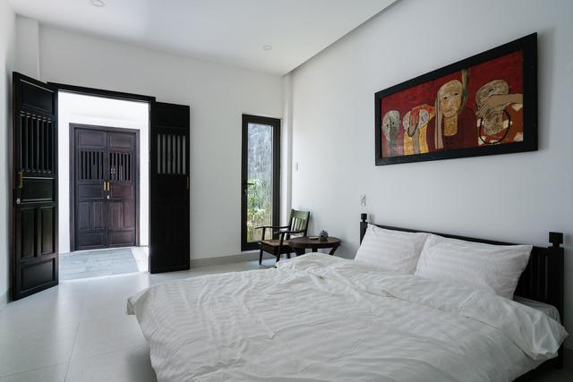 Tầng 1 gồm 2 phòng ngủ, nằm tách biệt ở phía sau. Cả 2 phòng ngủ đều được bố trí nhằm cách biệt sự ồn ào.