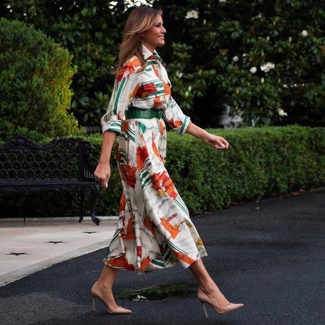 Đỉnh không kém ái nữ của chồng, bà Melania Trump hớp hồn dân Anh suốt 3 ngày công du với thứ vũ khí đắc lực: Tinh tế đến đầy ẩn ý, lu mờ cả gia đình Hoàng gia - Ảnh 2.