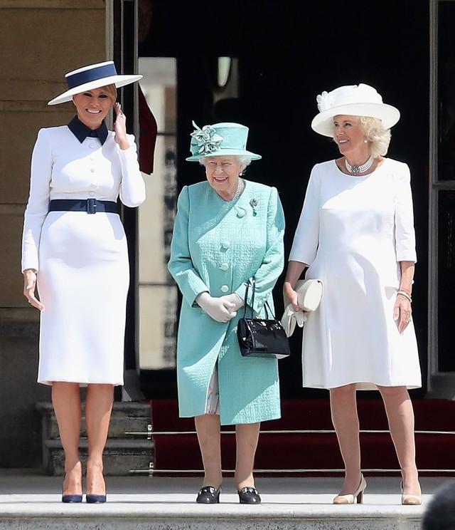 Đỉnh không kém ái nữ của chồng, bà Melania Trump hớp hồn dân Anh suốt 3 ngày công du với thứ vũ khí đắc lực: Tinh tế đến đầy ẩn ý, lu mờ cả gia đình Hoàng gia - Ảnh 4.