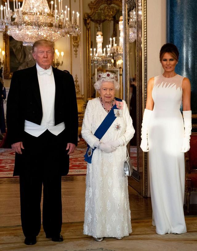 Đỉnh không kém ái nữ của chồng, bà Melania Trump hớp hồn dân Anh suốt 3 ngày công du với thứ vũ khí đắc lực: Tinh tế đến đầy ẩn ý, lu mờ cả gia đình Hoàng gia - Ảnh 6.