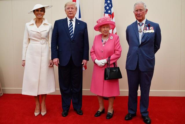 Đỉnh không kém ái nữ của chồng, bà Melania Trump hớp hồn dân Anh suốt 3 ngày công du với thứ vũ khí đắc lực: Tinh tế đến đầy ẩn ý, lu mờ cả gia đình Hoàng gia - Ảnh 1.