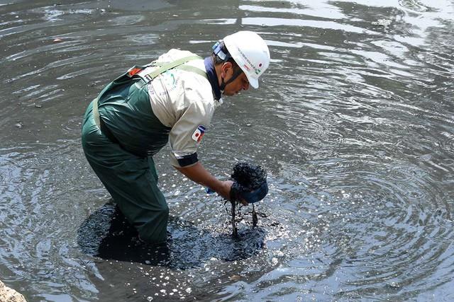 Giắt ca nhựa sau lưng, tiến sĩ Nhật làm điều kỳ lạ giữa sông Tô Lịch - Ảnh 3.