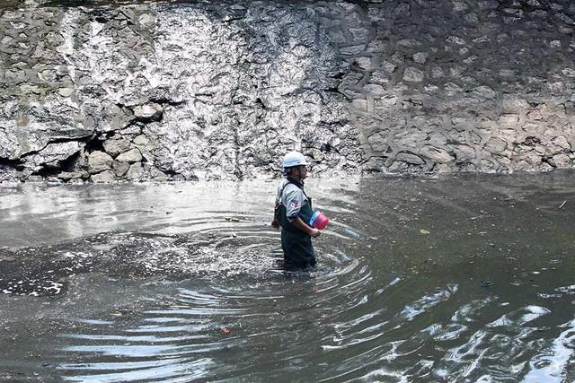 Giắt ca nhựa sau lưng, tiến sĩ Nhật làm điều kỳ lạ giữa sông Tô Lịch - Ảnh 5.