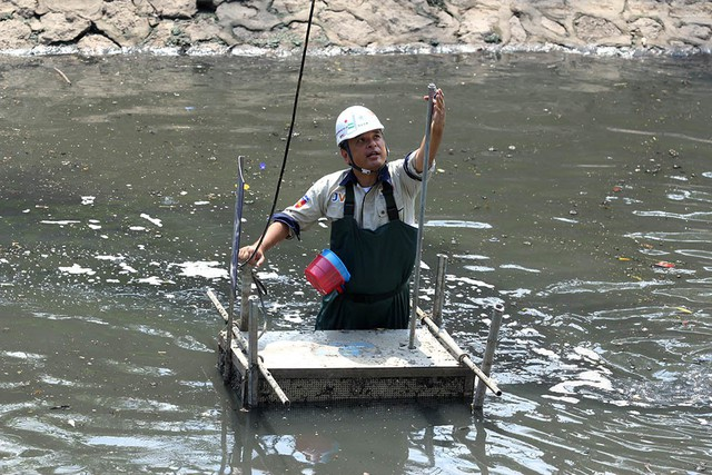 Giắt ca nhựa sau lưng, tiến sĩ Nhật làm điều kỳ lạ giữa sông Tô Lịch - Ảnh 6.