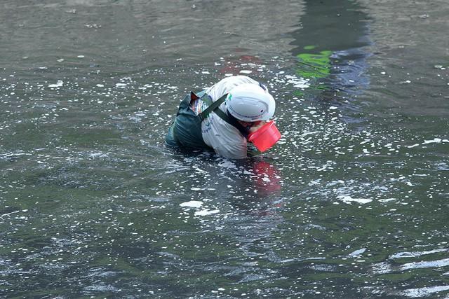 Giắt ca nhựa sau lưng, tiến sĩ Nhật làm điều kỳ lạ giữa sông Tô Lịch - Ảnh 7.