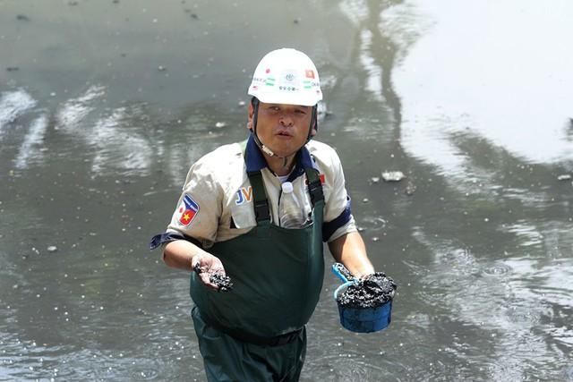 Giắt ca nhựa sau lưng, tiến sĩ Nhật làm điều kỳ lạ giữa sông Tô Lịch - Ảnh 8.