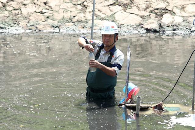Giắt ca nhựa sau lưng, tiến sĩ Nhật làm điều kỳ lạ giữa sông Tô Lịch - Ảnh 9.