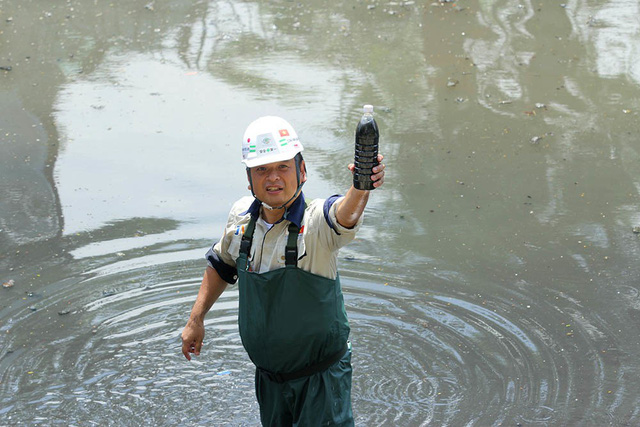Giắt ca nhựa sau lưng, tiến sĩ Nhật làm điều kỳ lạ giữa sông Tô Lịch - Ảnh 10.