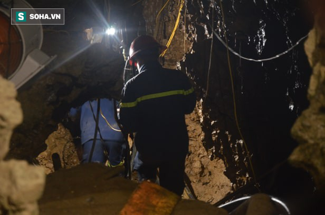 Từ hiện trường cứu hộ người đàn ông mắc kẹt dưới hang ở Lào Cai: Có mùi tử khí phát ra - Ảnh 1.