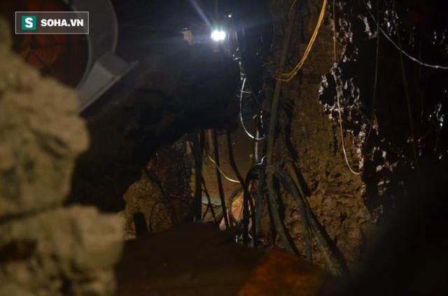 Từ hiện trường cứu hộ người đàn ông mắc kẹt dưới hang ở Lào Cai: Có mùi tử khí phát ra - Ảnh 2.